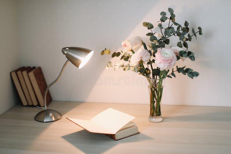 Intérieur à la maison avec des éléments de conception Bureau en bois avec des livres et des fleurs Configuration plate féminine d photographie stock libre de droits