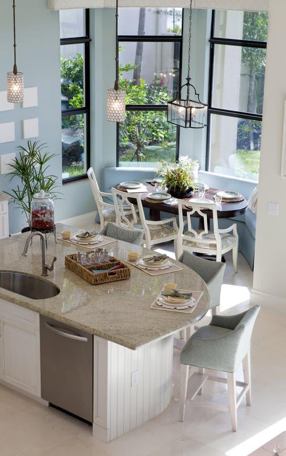 Intérieur à la maison : Cuisine de luxe photo libre de droits