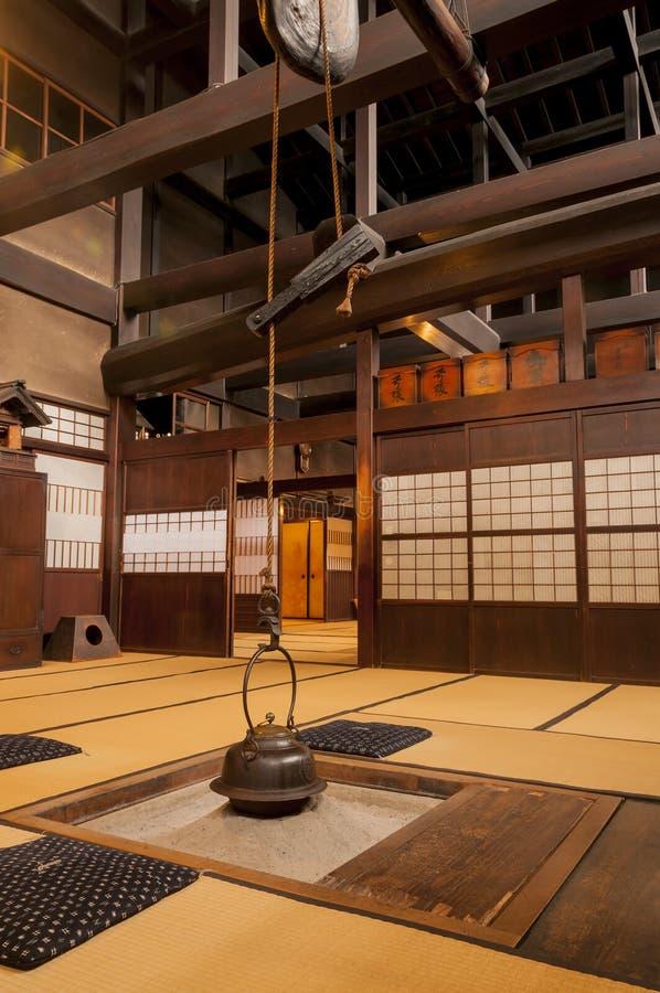 Intérieur à la maison japonais traditionnel avec le pot accrochant de thé photographie stock