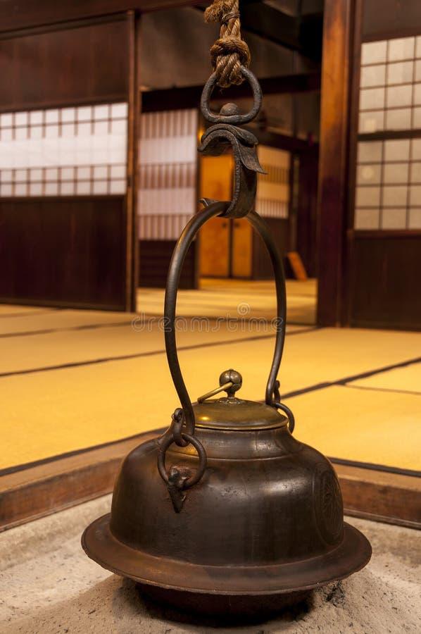 Intérieur à la maison japonais traditionnel avec le pot accrochant de thé image libre de droits