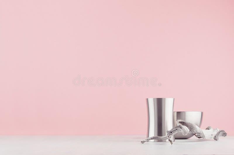 Intérieur à la maison mode avec la forme différente polie arrondie de vases en acier et vieille brindille minable sur la table en photos libres de droits