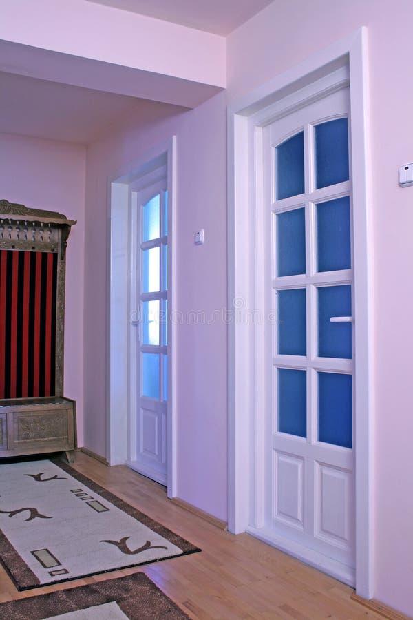 Intérieur à la maison rose avec des trappes photos stock