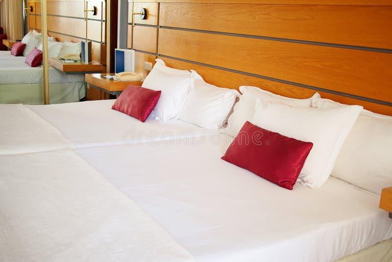 Intérieur élégant de chambre à coucher avec le double lit photographie stock libre de droits