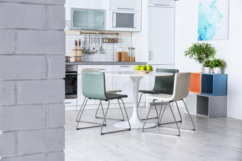 Intérieur élégant de cuisine avec la table de salle à manger photos stock