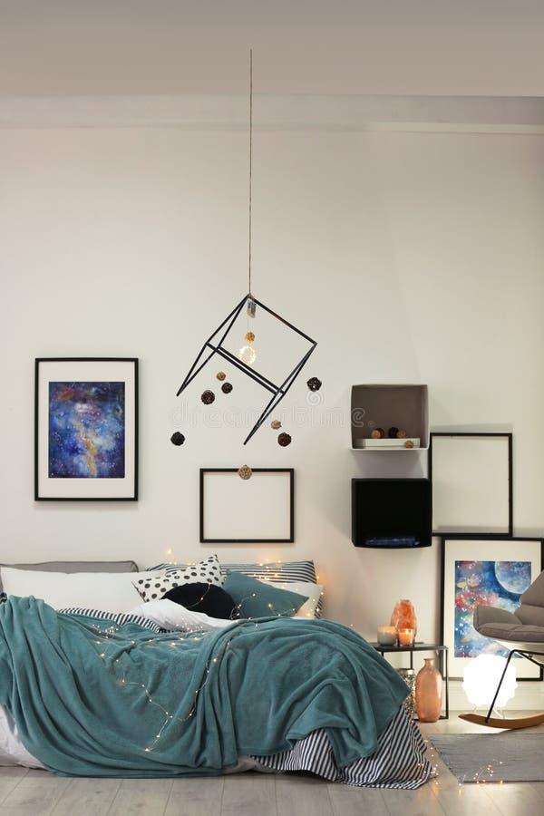 Intérieur élégant de pièce avec le lit confortable image stock