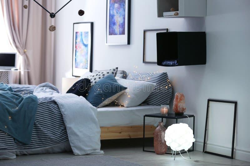 Intérieur élégant de pièce avec le lit confortable images libres de droits