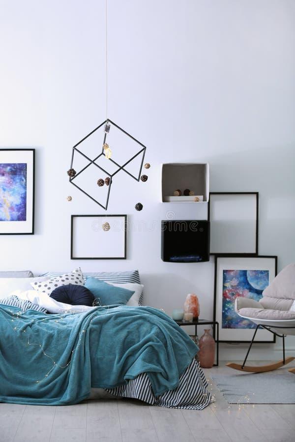 Intérieur élégant de pièce avec le lit confortable image libre de droits