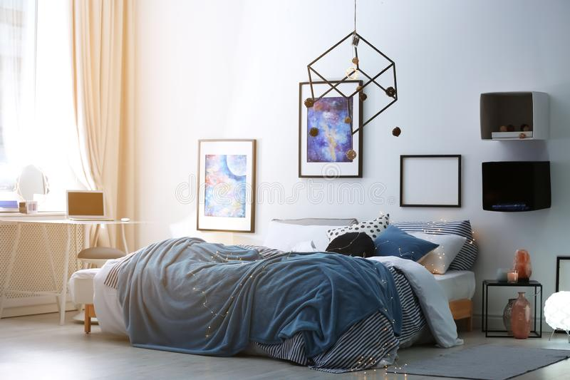 Intérieur élégant de pièce avec le lit confortable photos stock