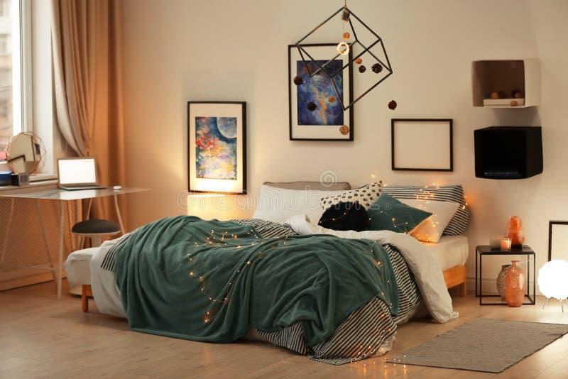 Intérieur élégant de pièce avec le lit confortable photographie stock libre de droits