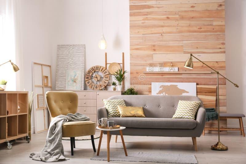 Intérieur élégant de salon avec le sofa confortable photographie stock libre de droits
