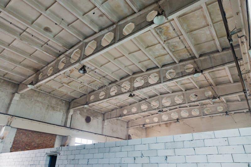 Intérieur abandonné de bâtiment d'usine photos stock