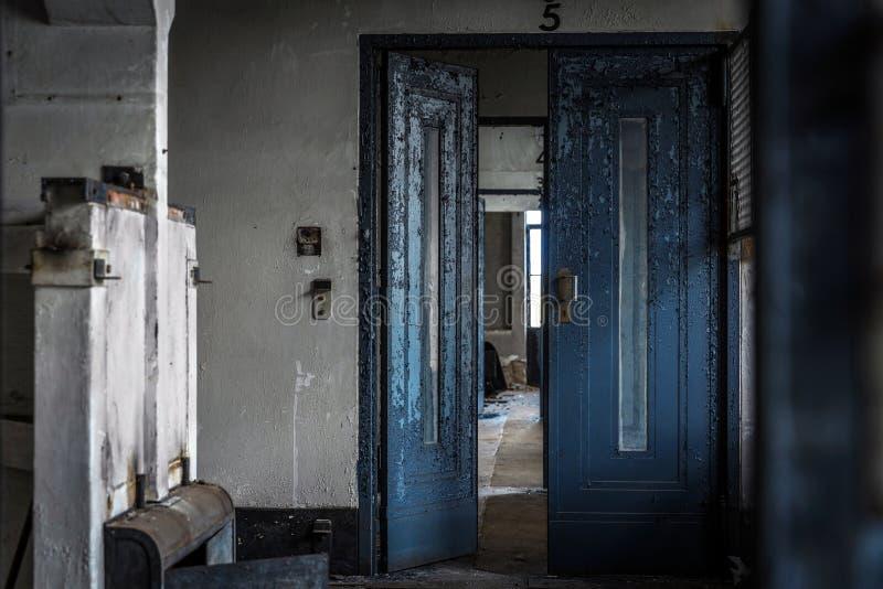 Download Intérieur Abandonné De Porte Photo stock - Image du hall, lumière: 45353260
