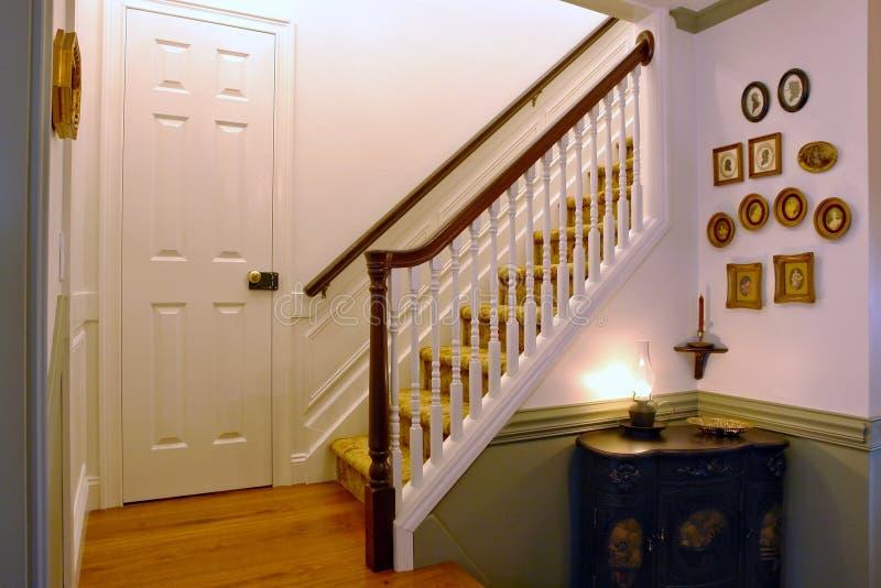 Int rieur am ricain colonial de chambre de type image stock image du trappe rampe 13368487 for Interieur maison coloniale