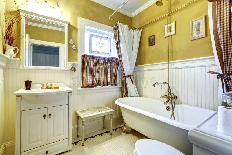 Int rieur antique blanc et jaune de salle de bains photo stock image 42687580 for Salle de bain jaune et blanc