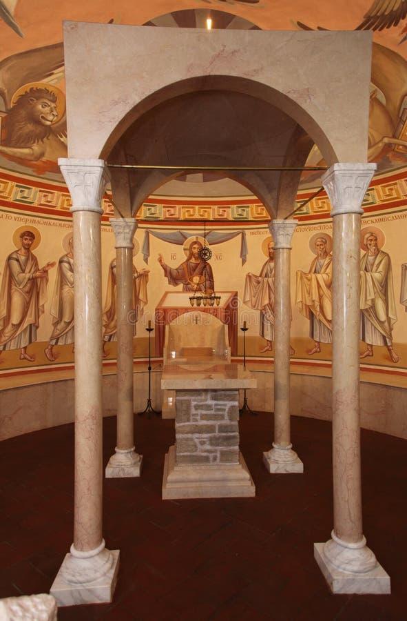 Intérieur, autel, icônes, fresques, police baptismale, dans la vieille église orthodoxe traditionnelle russe photos libres de droits