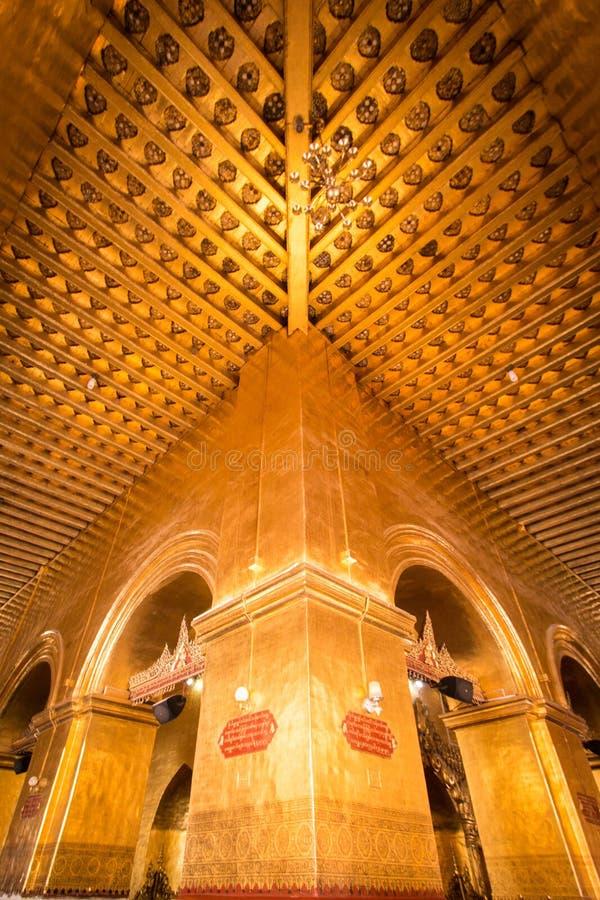 Intérieur avec de l'or dans le temple photo libre de droits