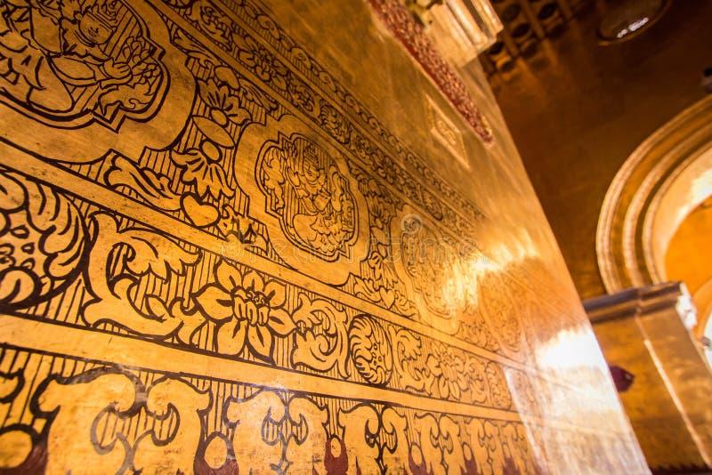 Intérieur avec de l'or dans le temple image stock