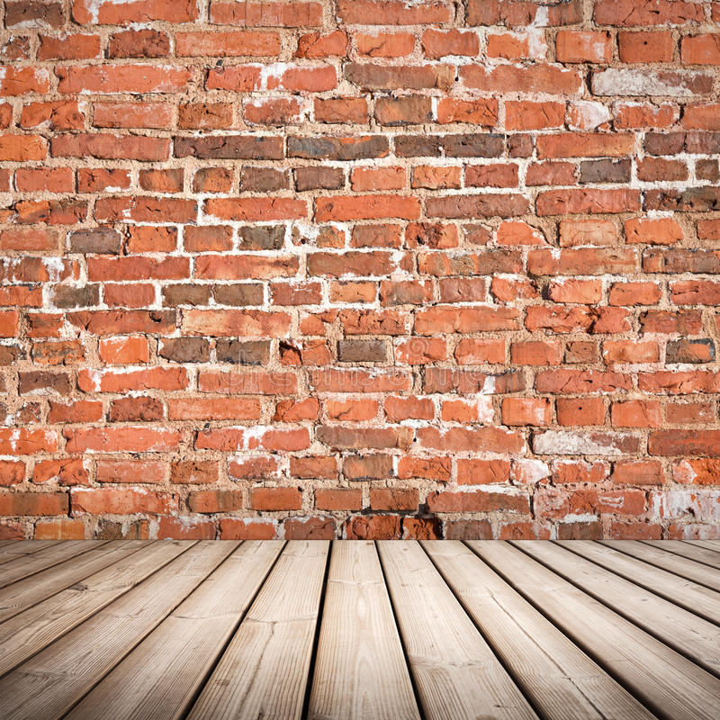 Intérieur avec le plancher en bois et le mur de briques rouge photo stock