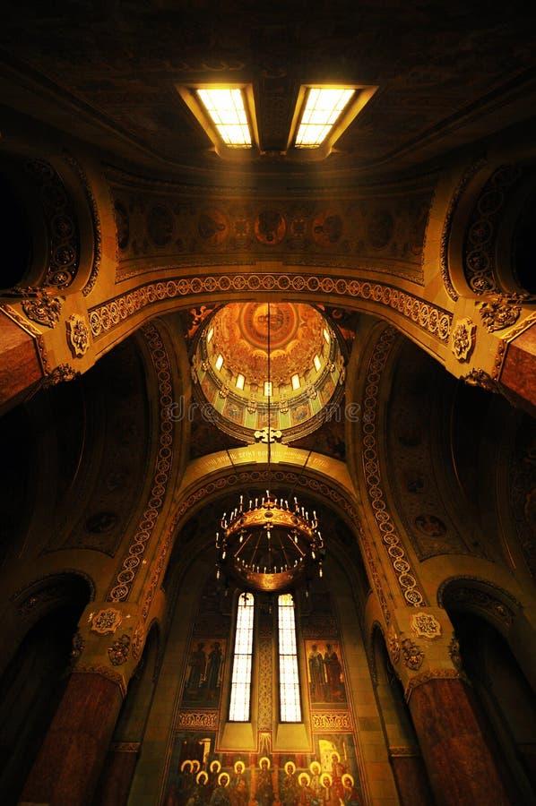 Intérieur bizantin dans la cathédrale roumaine photographie stock
