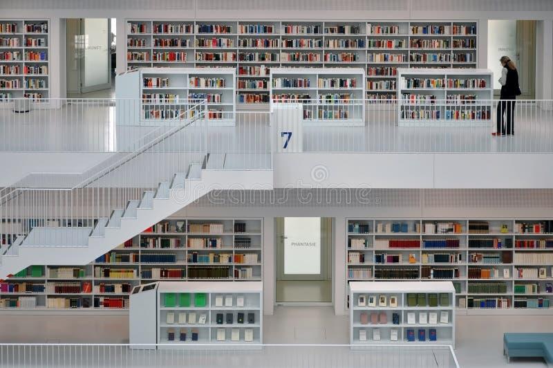 Intérieur blanc d'une bibliothèque municipale moderne photo stock