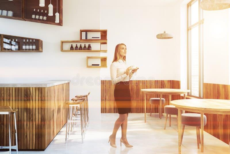 Intérieur blanc de barre, bouteilles sur des murs, femme photos stock