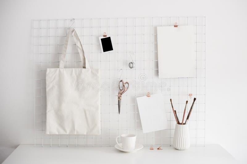 Intérieur blanc de pièce de siège social, lieu de travail de bloggers photographie stock libre de droits