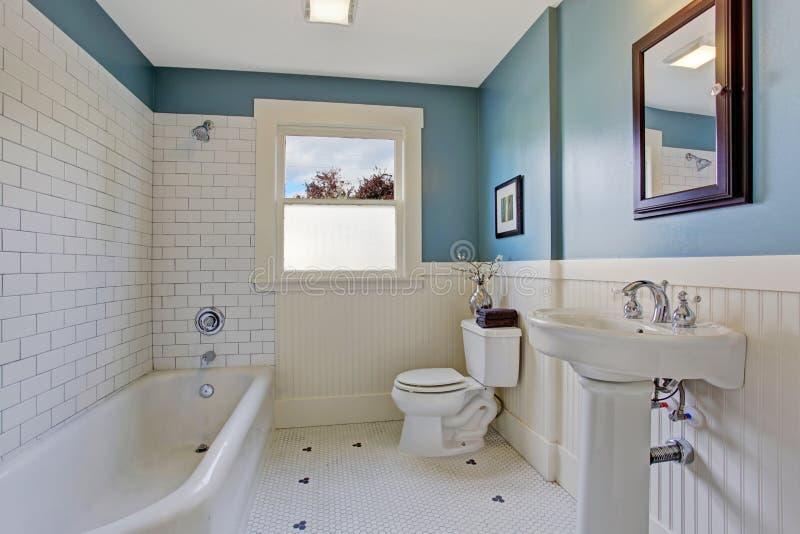 Intérieur blanc et bleu de salle de bains images stock
