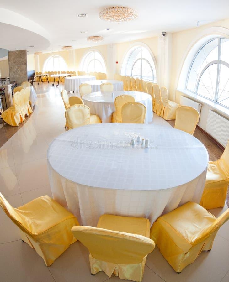 Intérieur blanc et jaune de restaurant photo stock
