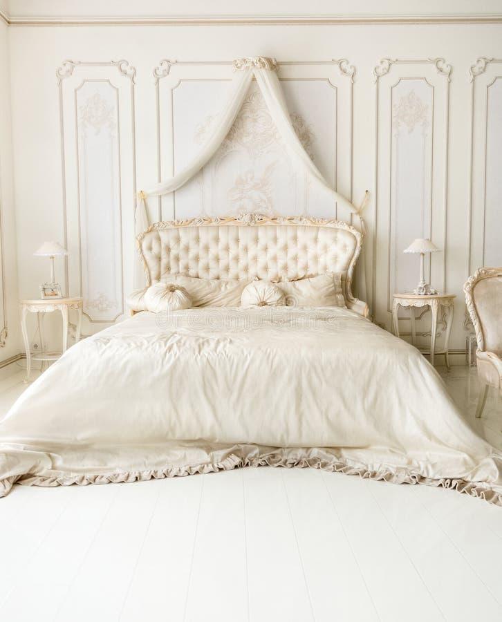 Intérieur blanc luxueux avec le lit classique image stock