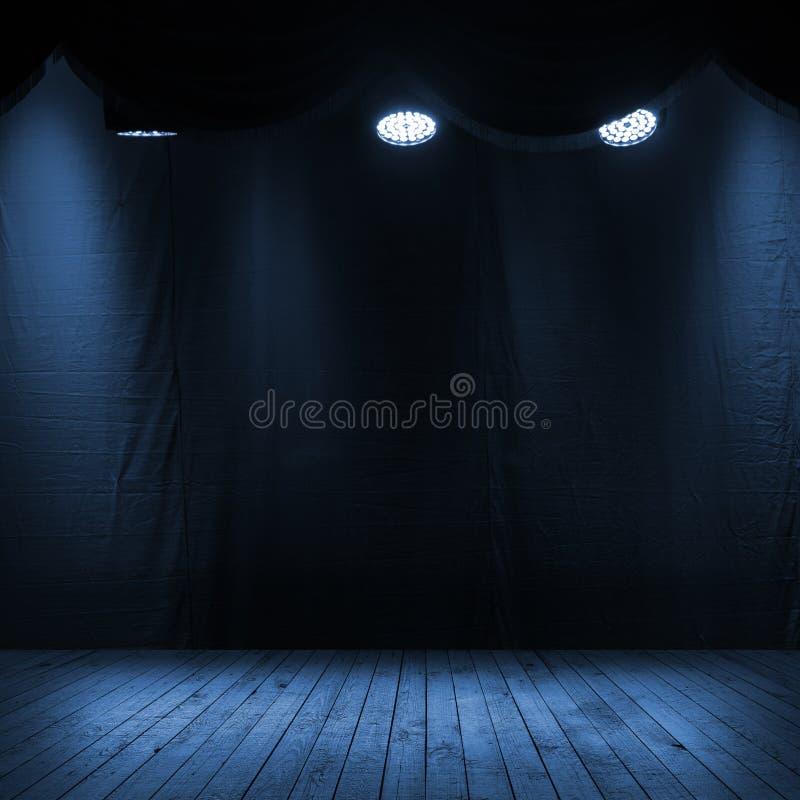 Intérieur bleu-foncé de scène avec des projecteurs illustration libre de droits