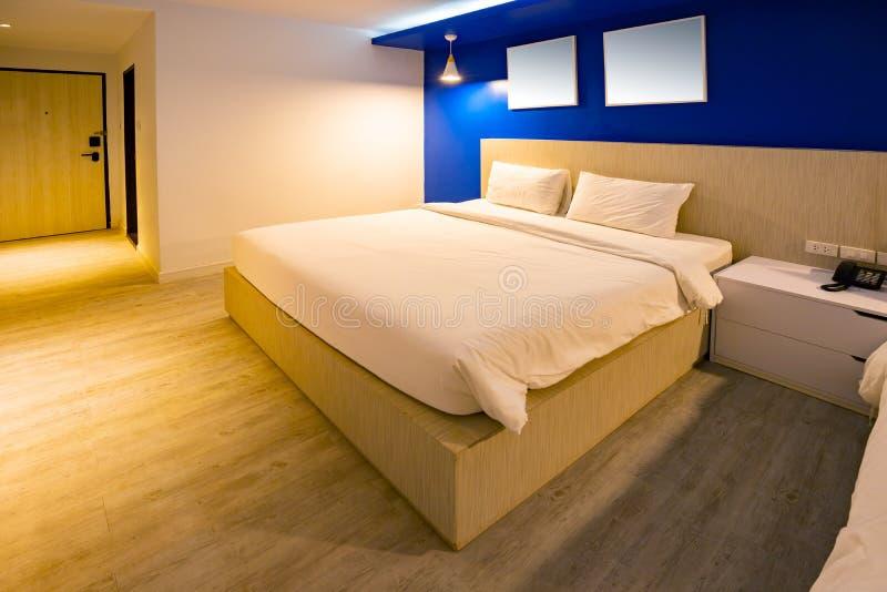 Intérieur bleu-foncé de ton de chambre d'hôtel avec la vue de mer de la fenêtre style léger chaud de pièce intérieure photo stock