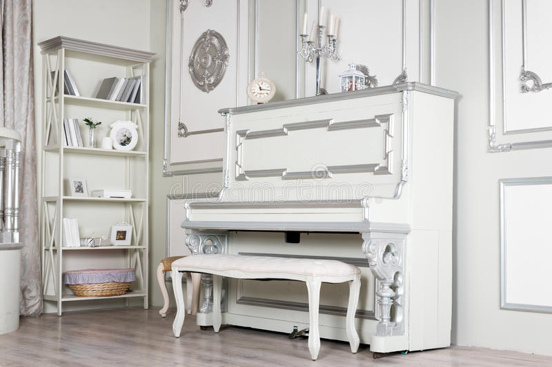 Intérieur classique léger de salon avec le piano Appartements luxueux image libre de droits