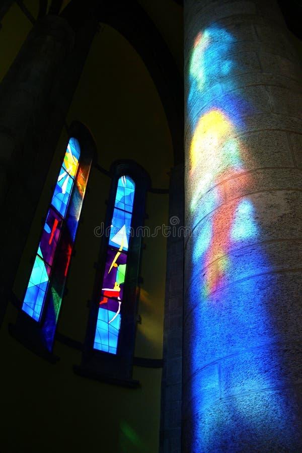 Intérieur coloré éclairé d'une église moderne images stock