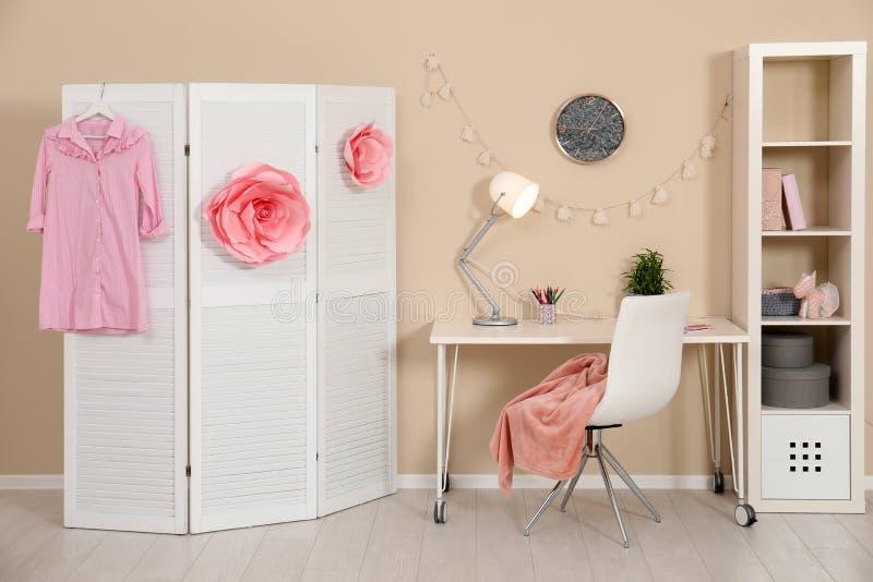 Intérieur confortable de chambre d'enfant avec la station d'étude photos stock