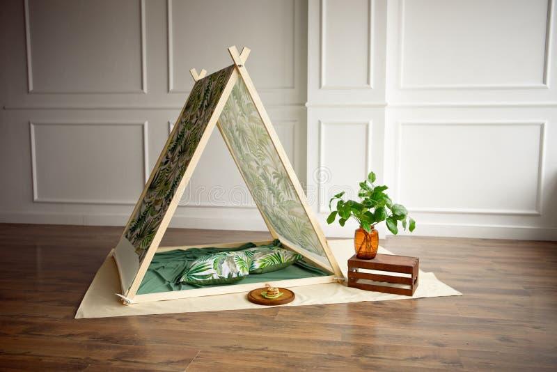 Intérieur confortable de pièce d'enfants avec la tente et les jouets de jeu photo stock