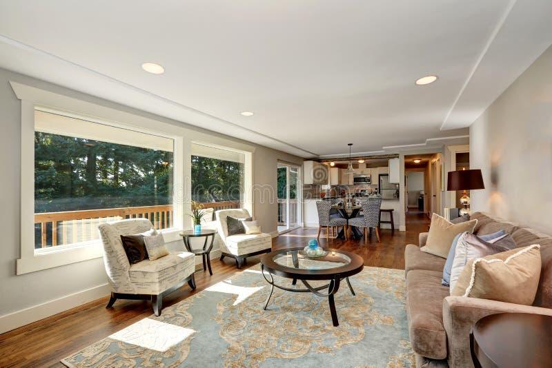 int rieur confortable de salon avec la vue de plancher en. Black Bedroom Furniture Sets. Home Design Ideas
