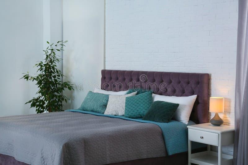 Intérieur contemporain de pièce avec le lit confortable images stock