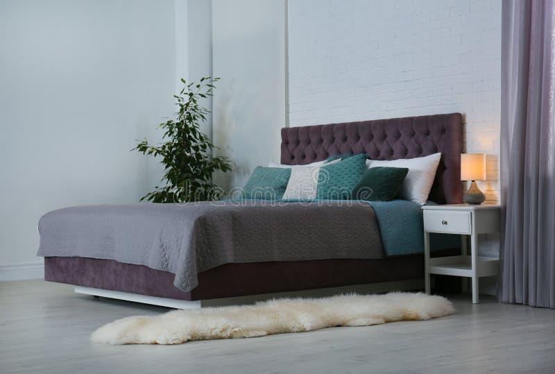 Intérieur contemporain de pièce avec le lit confortable image stock