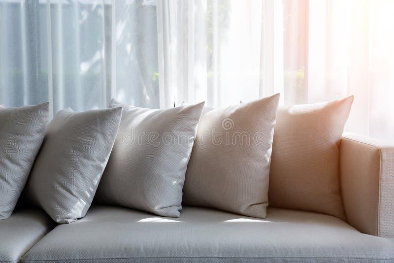 Intérieur contemporain de salon avec une partie de sofa photos stock