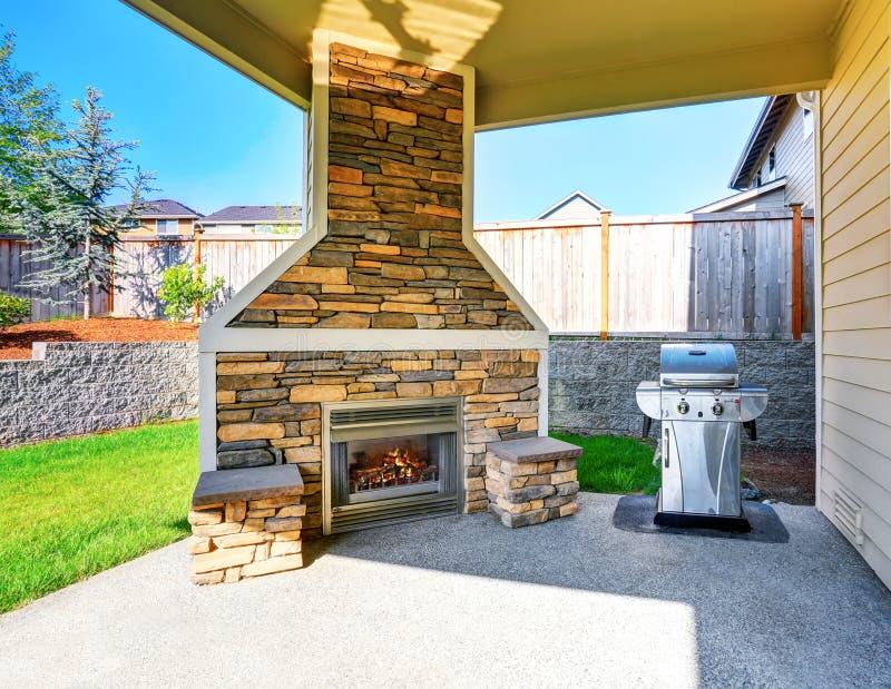 int rieur couvert confortable de patio avec la chemin e et. Black Bedroom Furniture Sets. Home Design Ideas