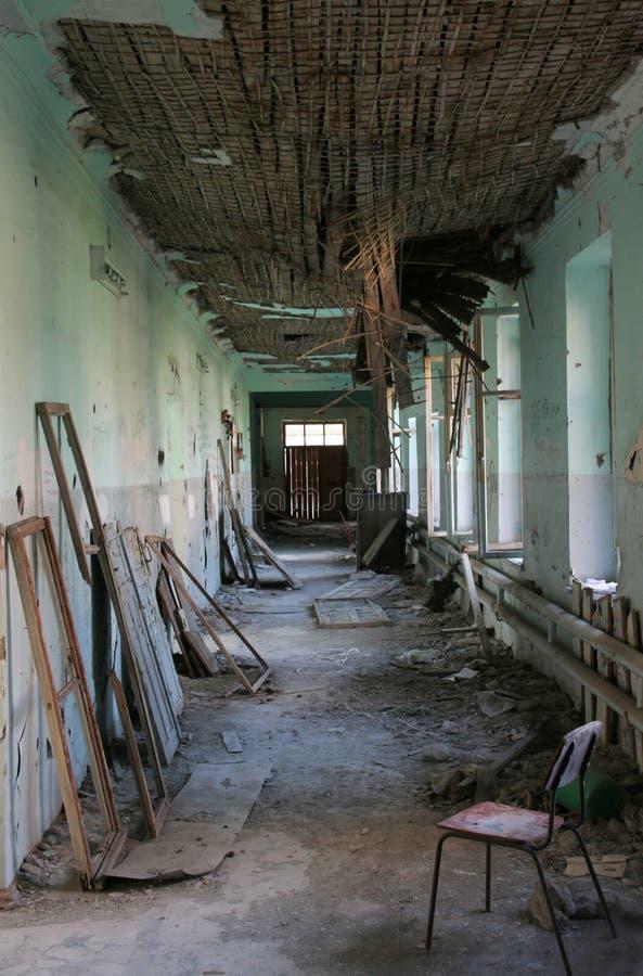 Intérieur détruit terrible du vieux bâtiment Le toit détruit est photos libres de droits