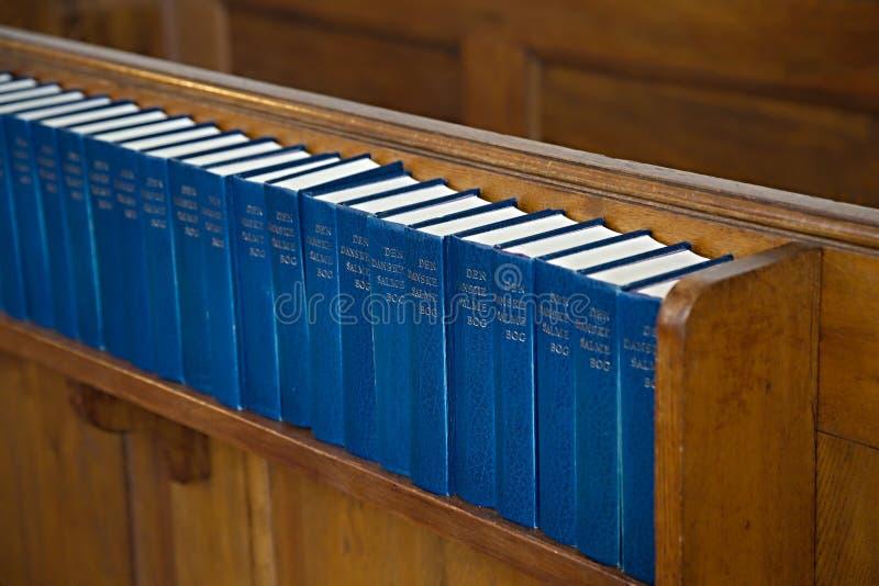 Intérieur d'église avec des lives de cantiques image libre de droits
