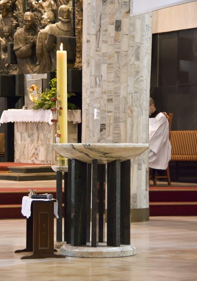 Intérieur d'église avec le prêtre photos libres de droits