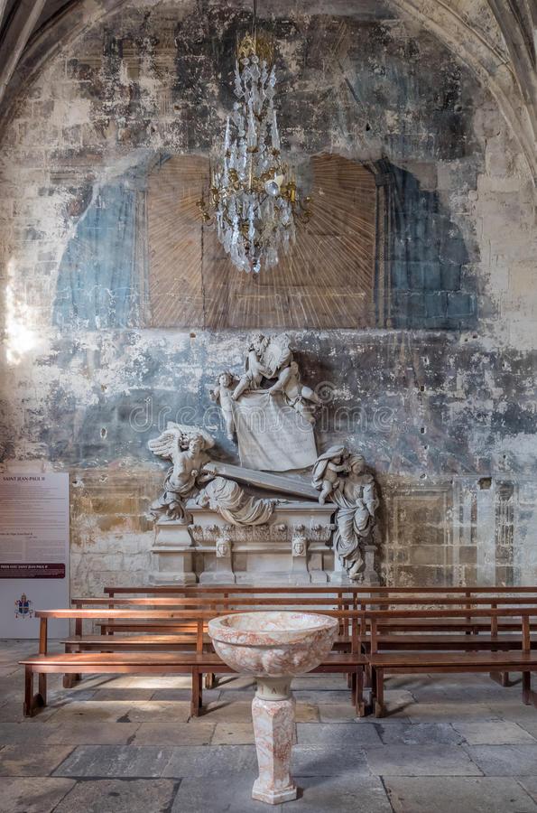 Intérieur d'église de StTrophime, Arles, France images stock