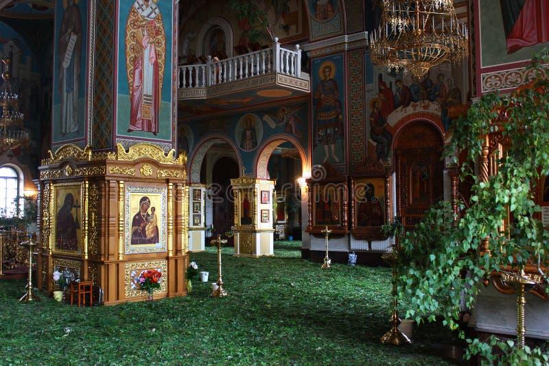 Intérieur d'église orthodoxe des vacances de trinité sainte dans Gubkin, Russie images libres de droits
