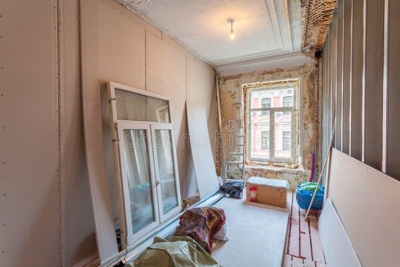 Intérieur d'appartement avec des matériaux pendant sur la rénovation et la construction images libres de droits