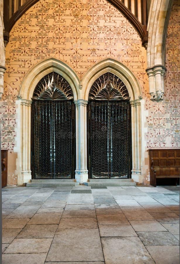 Intérieur d'arcade et de portes dans le château médiéval image libre de droits