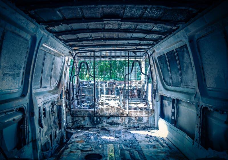 Intérieur d'automobile détruite abandonnée image stock