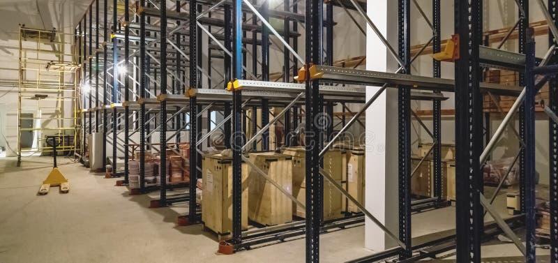 Intérieur d'entrepôt avec les étagères vides photo stock