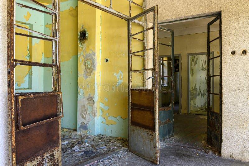 Intérieur d'un bâtiment ruiné sur la prison d'otok de Goli en Croatie image libre de droits